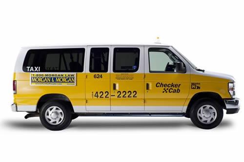 é bem comum ver taxi van por Orlando, fica mais fácil de acomodar toda a sua família e as compras.