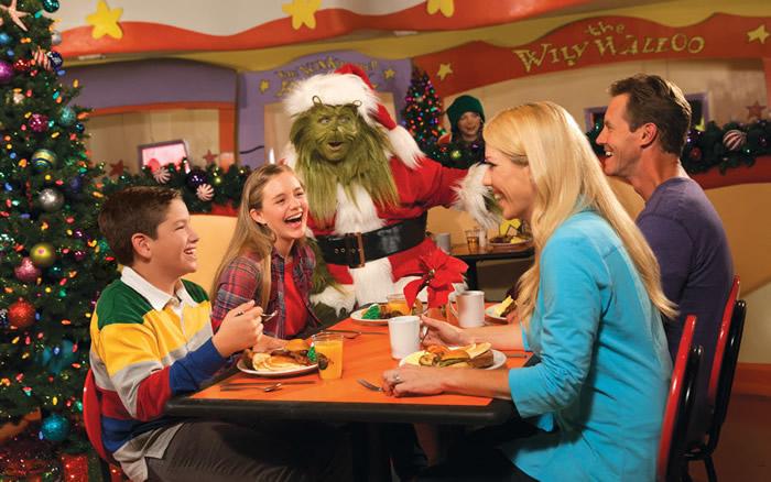 Entre as poucas opções de refeições com personagem que a Universal oferece, o Grinchmas Breakfast é considerada a melhor!