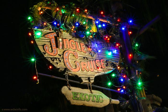 Eles trocam até a placa de entrada do Jungle Cruise para Jingle Cruise!