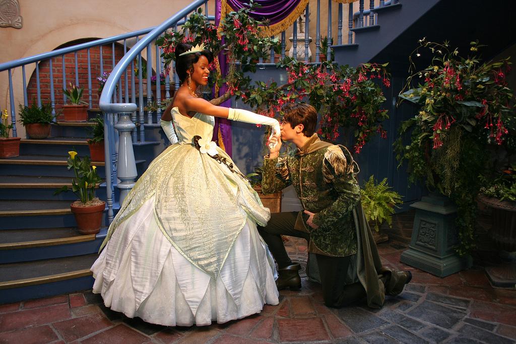 A Princesa Tiana e o Príncipe Naveen são os anfitriões desse cruzeiro!