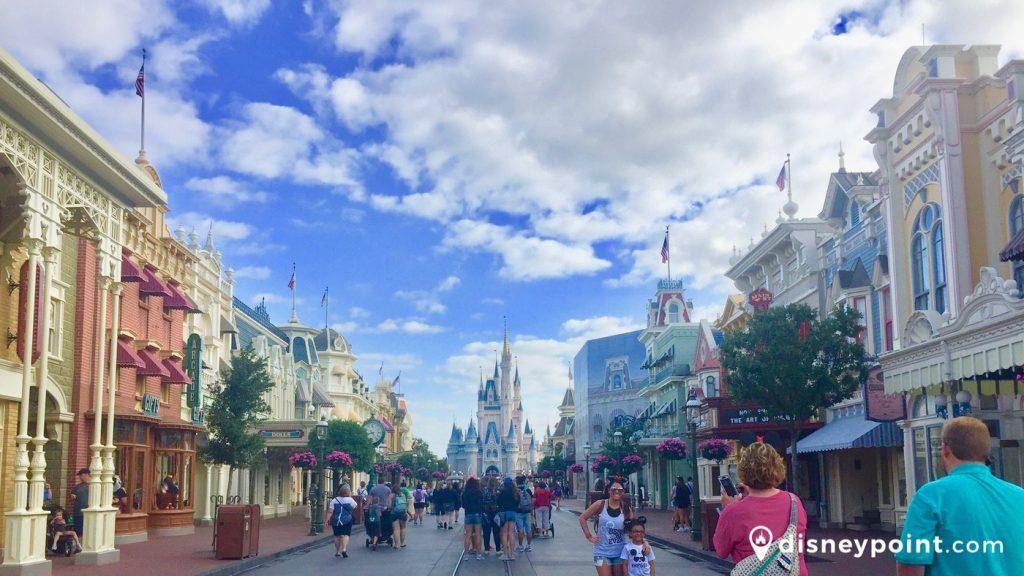 Main Street USA no Magic  com o Castelo da Cinderella ao fundo