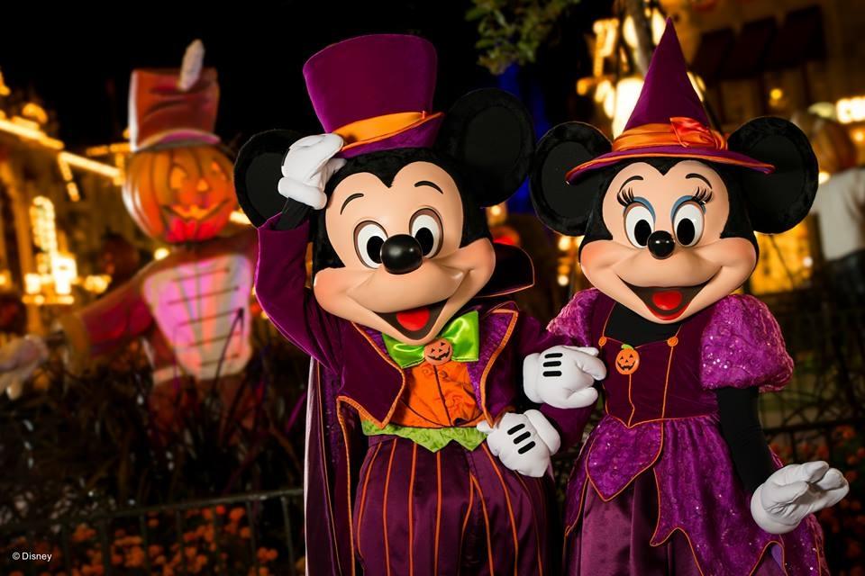 O Mickey e a Minnie ganham até fantasias especiais na festa de Halloween!
