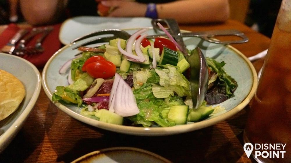 Salada de entrada, já temperada e com alface, tomate, cebola e pepino