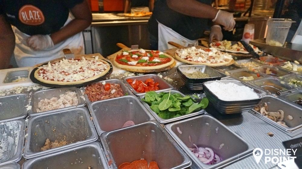 Você vai acompanhando a montagem da pizza conforme vai seguindo até o caixa. A minha é a do meio!