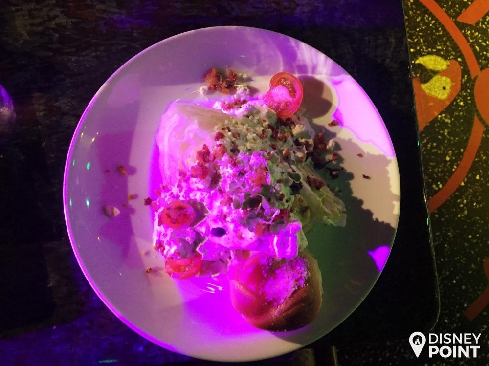 Salada Iceberg Wedge com molho de gorgonzola, uma das entradas do Mango's
