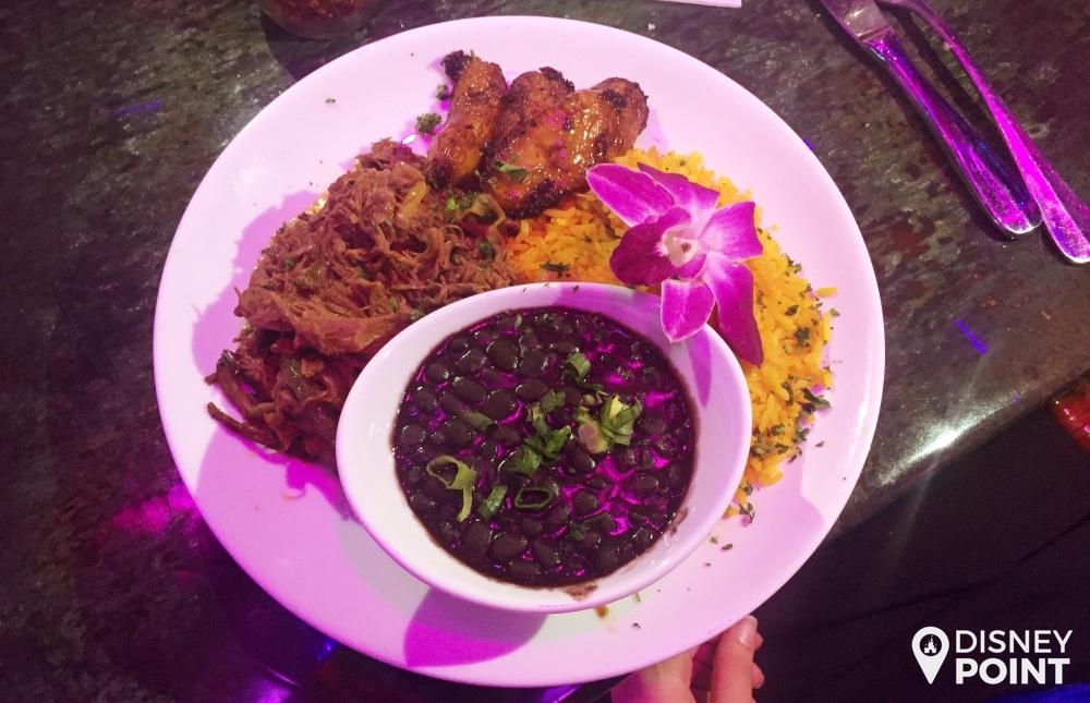 O prato Cuban-Style Ropa Vieja, carne desfiada, arroz temperado, feijão preto e banana da terra!