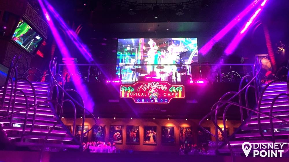 Palco do Mango's Tropical Cafe. A banda fica ali em cima tocando ao vivo, enquanto os cantores e dançarinos ficam no palco, que é também o balcão de um bar.