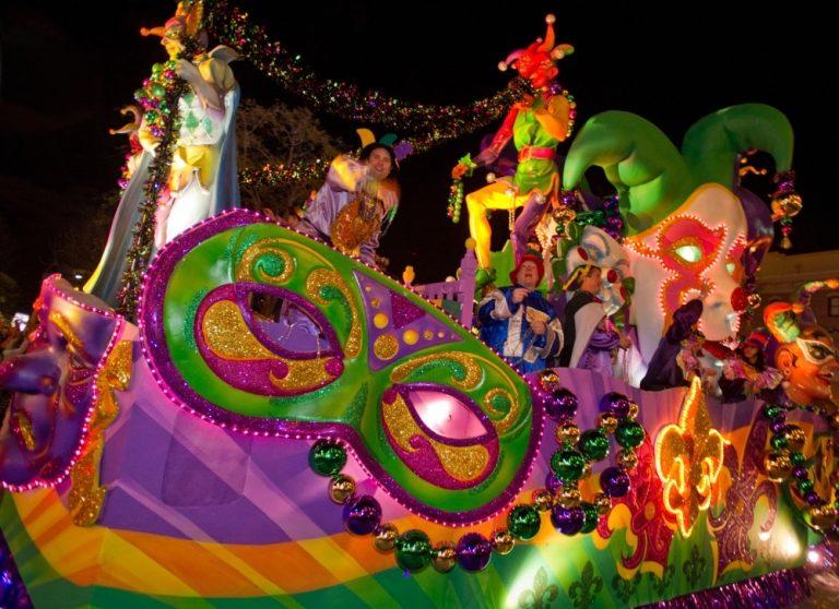 Um dos carros super coloridos da parada de Mardi Gras