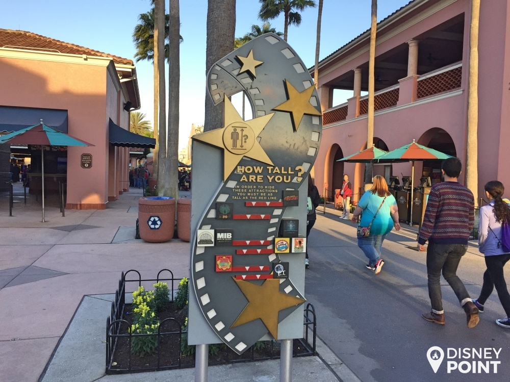 Logo na entrada do parque você encontra essa placa, onde é fácil saber quais atrações a criança terá altura para brincar!