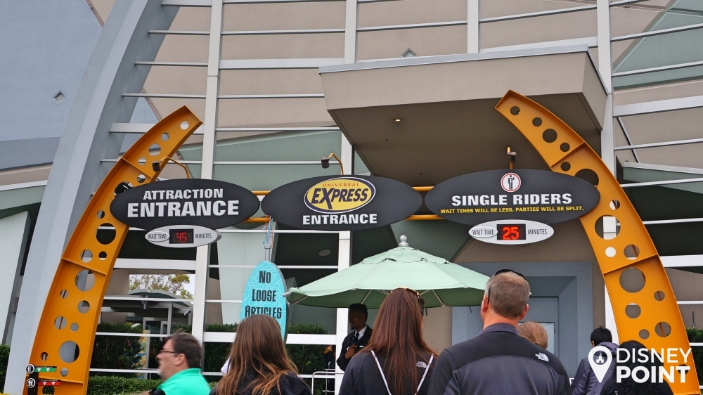 As atrações que oferecem Express Pass trazem uma entrada diferente, onde quem adquire o serviço não pega as filas comuns das atrações