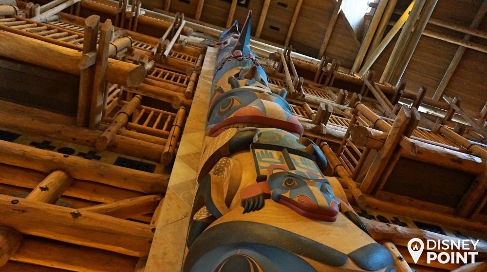 um dos dois totens gigantescos que estão no lobby. Eles foram fabricados em Seattle e trazidos para a Florida na inauguração.