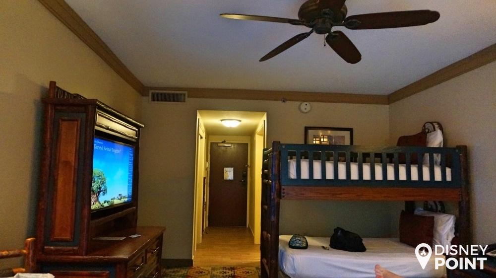Essa foto foi tirada de costas para a varanda, e aquela porta lá no fundo é a porta de entrada para o quarto.