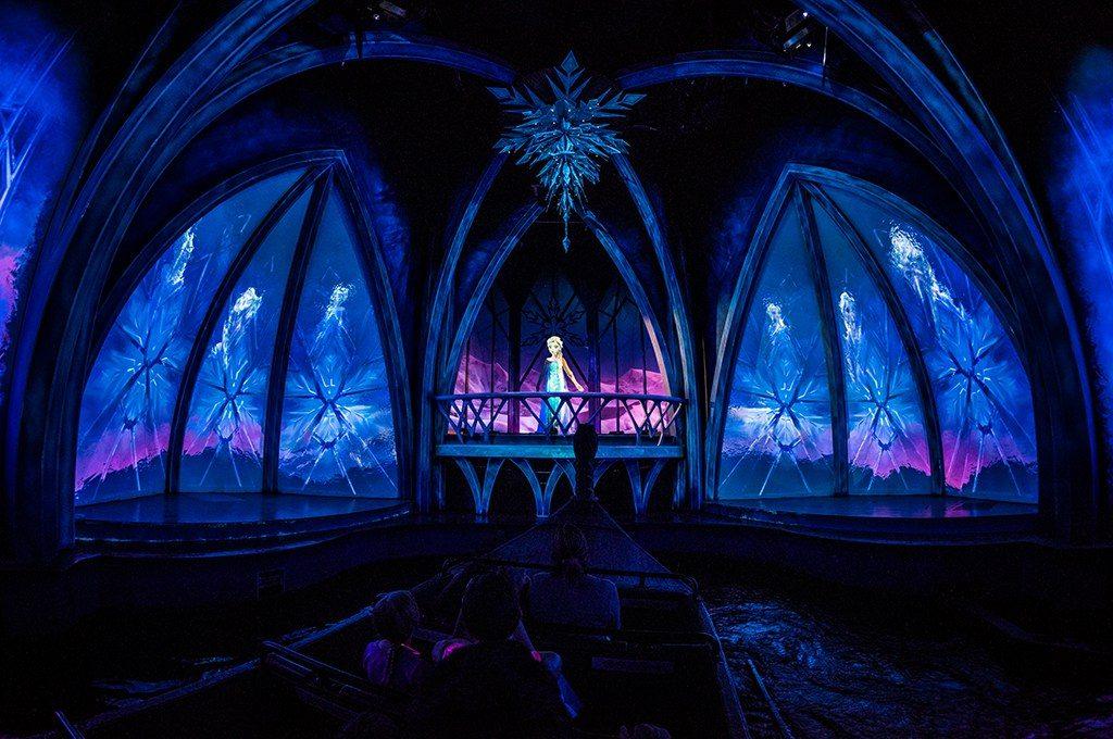 Uma das cenas da atração Frozen Ever After, dentro do palácio de gelo da Elsa!