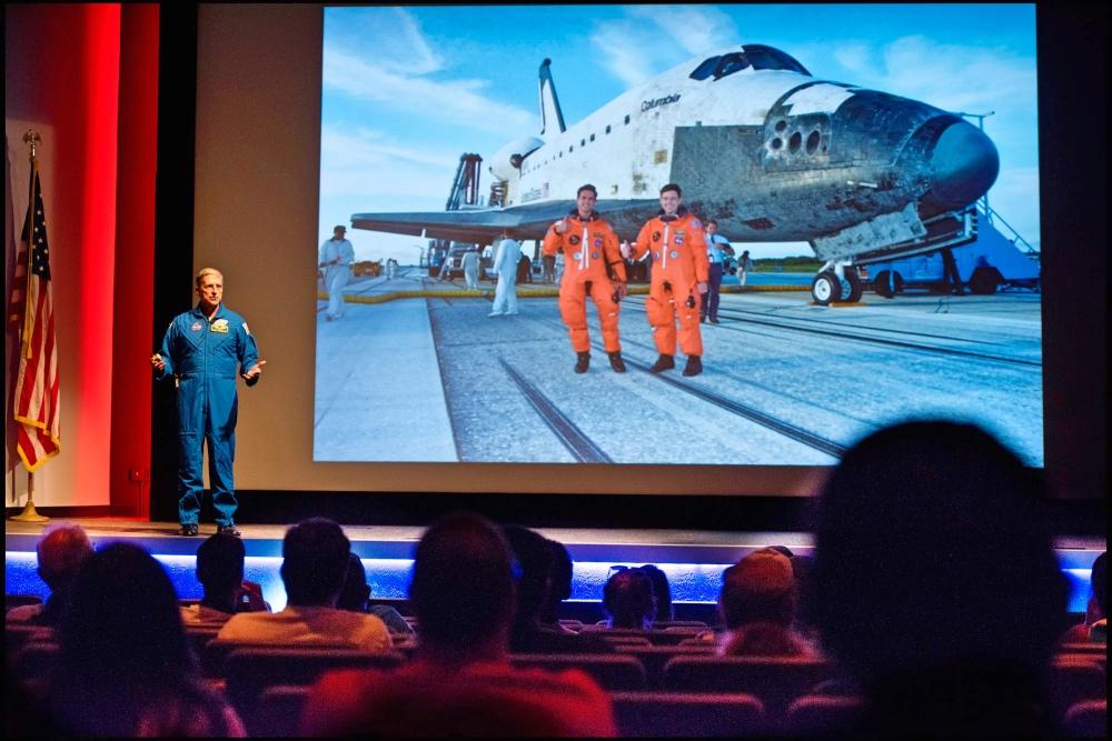 A cada 2 ou 3 dias, um novo astronauta participa da apresentação!