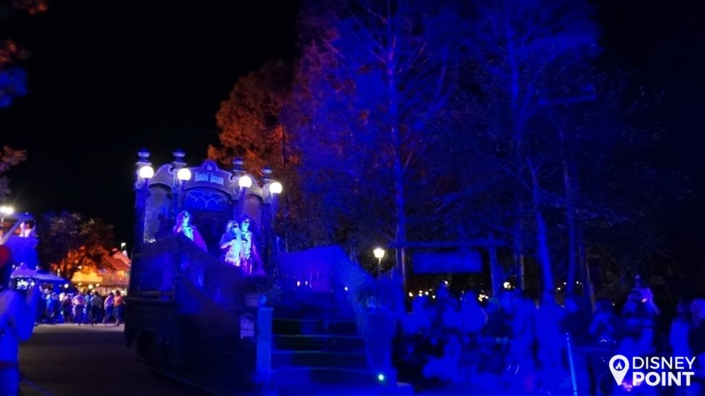 Disney Point Mickey's Not So Scary Halloween Party MNSSHP Disney Parada Haunted Mansion-min