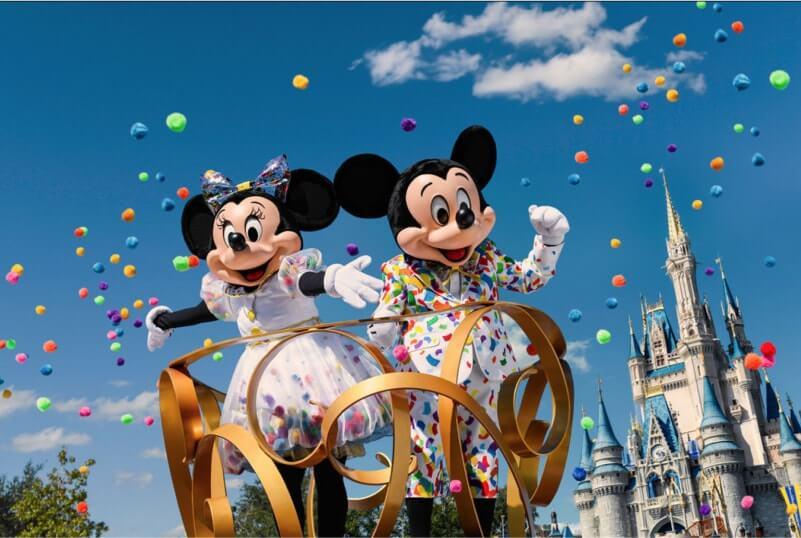 Mickey e Minnie com a nova roupa comemorativa dos 90 anos!