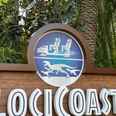 Montanha-russa Jurassic World VelociCoaster ganha nova placa